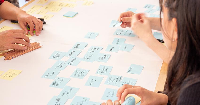 理想(黄色)の次は悩みや課題を青の付箋に書き出します。